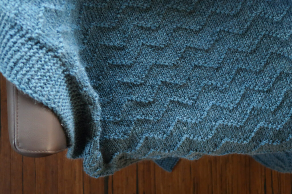 Detail view of the waves blanket free knit pattern