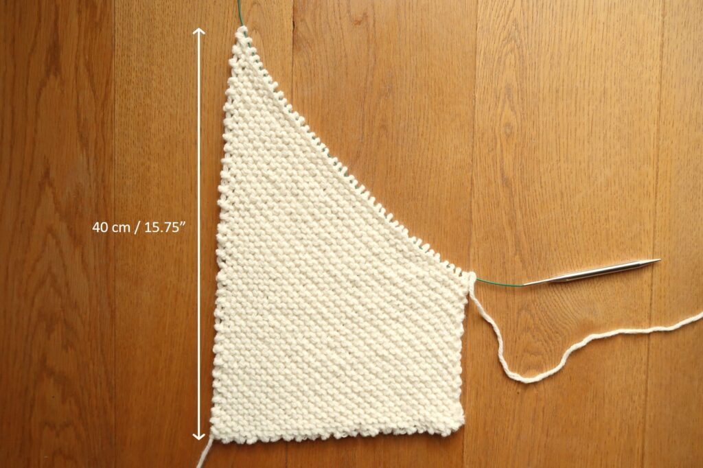 Continue increasing until the long side of the knit panel reaches 40 cm